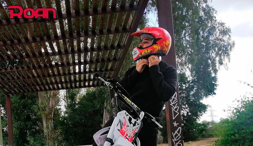 medida de casco mini moto, la forma correcta es pasando el metro por el diámetro de la cabeza a la altura de la frente y encima de las orejas.